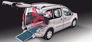 (A) Bei einer Rollstuhlbeförderung werden die original vorhandenen Sitze bzw. Doppelsitzbank nach vorne geklappt bzw. herausgenommen.